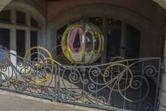 Beau char du caractère de Cendrillon à l'intérieur du parc de Disneyland, à Paris photographie stock libre de droits