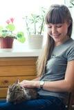 Beau chat de fixation de fille Photo stock