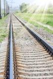 Beau chemin de fer élégant et fiable avec un train sur la nature photographie stock