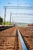 Beau chemin de fer ?l?gant et fiable avec un train sur la nature images libres de droits