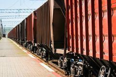 Beau chemin de fer ?l?gant et fiable avec un train sur la nature image stock