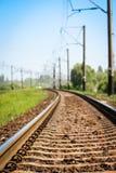 Beau chemin de fer ?l?gant et fiable avec un train sur la nature image libre de droits