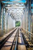 Beau chemin de fer ?l?gant et fiable avec un train sur la nature photo libre de droits