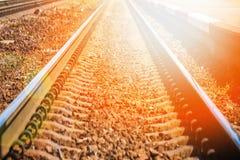 Beau chemin de fer ?l?gant et fiable avec un train sur la nature photo stock