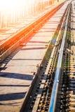 Beau chemin de fer ?l?gant et fiable avec un train sur la nature images stock