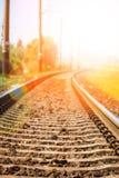 Beau chemin de fer ?l?gant et fiable avec un train sur la nature photographie stock