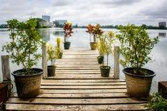 Beau chemin de lac d'Inya, Yangon, Myanmar Images libres de droits