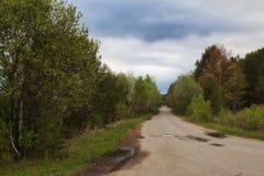 Beau chemin de terre de ressort dans les Monts Oural moyens Photo libre de droits