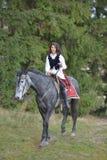 Beau cheval d'équitation de femme de brune image stock