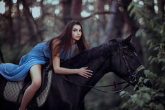 Beau cheval d'équitation de femme dans la forêt Images libres de droits