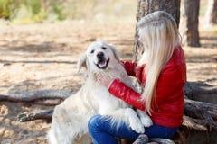 Beau chien de sourire marchant avec le propriétaire dehors Concept d'animal familier Photos stock