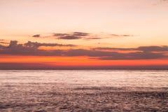 Beau ciel après coucher du soleil au-dessus de l'horizon de littoral Images stock