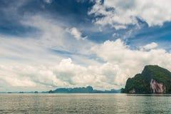Beau ciel avec des cumulus au-dessus des montagnes pittoresques images libres de droits