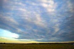Beau ciel avec des nuages au coucher du soleil Images stock