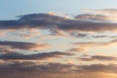 Beau ciel avec des nuages au coucher du soleil Photos libres de droits