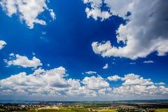 Beau ciel avec des nuages pendant l'après-midi images stock