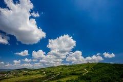 Beau ciel avec des nuages pendant l'après-midi photographie stock libre de droits