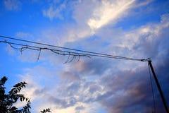 Beau ciel avec des nuages pendant l'apr?s-midi photo stock