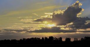 Beau ciel avec l'axe de la lumière du soleil et des nuages pendant le coucher du soleil Photographie stock libre de droits