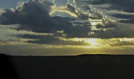Beau ciel avec l'axe de la lumière du soleil et des nuages pendant le coucher du soleil Photographie stock