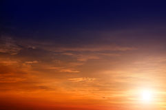 Beau ciel avec les faisceaux solaires. Photographie stock
