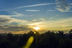 Beau ciel avec un Soleil Levant Photos stock