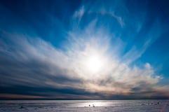 Beau ciel bleu au-dessus de glace Images stock