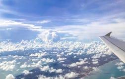 Beau ciel bleu au-dessus des nuages photos stock