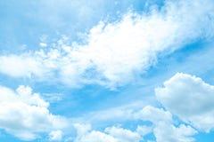 Beau ciel bleu avec de beaux nuages pour le fond Photo stock