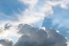 Beau ciel bleu avec des nuages image stock