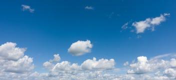 Beau ciel bleu avec des nuages au-dessus d'horizon Photos libres de droits