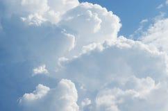 Beau ciel bleu avec le fond de nuages Opacifie le ciel bleu Ciel avec le bleu de nuage de nature de temps de nuages Photo libre de droits
