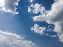Beau ciel bleu avec le fond de nuages Opacifie le ciel bleu Ciel avec le bleu de nuage de nature de temps de nuages Ciel bleu ave Photo stock