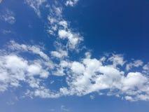 Beau ciel bleu avec le fond de nuages Opacifie le ciel bleu Ciel avec le bleu de nuage de nature de temps de nuages Ciel bleu ave Image stock