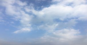 Beau ciel bleu avec le fond de nuages Opacifie le ciel bleu Ciel avec le bleu de nuage de nature de temps de nuages Ciel bleu ave Photos stock