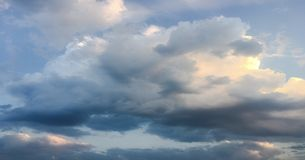 Beau ciel bleu avec le fond de nuages Opacifie le ciel bleu Ciel avec le bleu de nuage de nature de temps de nuages Ciel bleu ave Photographie stock