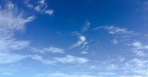 Beau ciel bleu avec le fond de nuages Opacifie le ciel bleu Ciel avec le bleu de nuage de nature de temps de nuages Ciel bleu ave Photo libre de droits