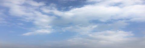 Beau ciel bleu avec le fond de nuages Opacifie le ciel bleu Ciel avec le bleu de nuage de nature de temps de nuages Ciel bleu ave Images stock