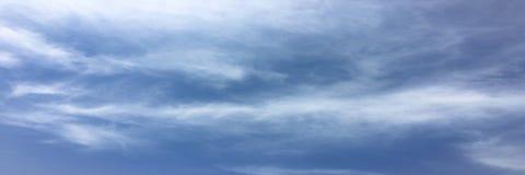Beau ciel bleu avec le fond de nuages Opacifie le ciel bleu Ciel avec le bleu de nuage de nature de temps de nuages Ciel bleu ave Photographie stock libre de droits