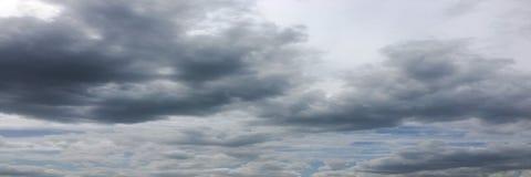 Beau ciel bleu avec le fond de nuages Opacifie le ciel bleu Ciel avec le bleu de nuage de nature de temps de nuages Ciel bleu ave Photos libres de droits