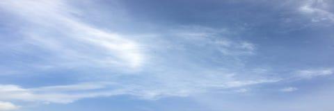 Beau ciel bleu avec le fond de nuages Opacifie le ciel bleu Ciel avec le bleu de nuage de nature de temps de nuages Ciel bleu ave Image libre de droits