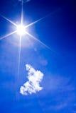 Beau ciel bleu avec le nuage et le soleil Photo stock