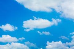 Beau ciel bleu avec les nuages blancs Image libre de droits