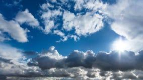 Beau ciel bleu avec les nuages dramatiques Photos libres de droits