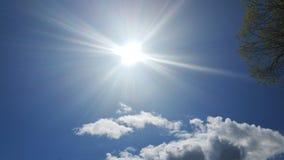 Beau ciel bleu avec les nuages et le soleil Photo libre de droits