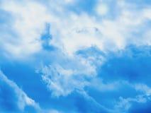 Beau ciel bleu avec les nuages et le soleil blancs images stock