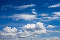 Beau ciel bleu avec les nuages pelucheux images libres de droits