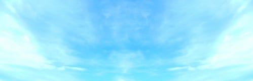 Beau ciel bleu avec les nuages pelucheux blancs dans le jour de paix de matin d'été comme fond photo stock
