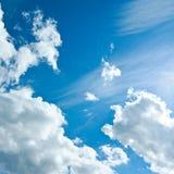 Beau ciel bleu blanc de nuages en clair, pureté de nature Image libre de droits
