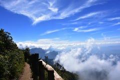 Beau ciel bleu et montagne vus avec le nuage en hiver Image stock